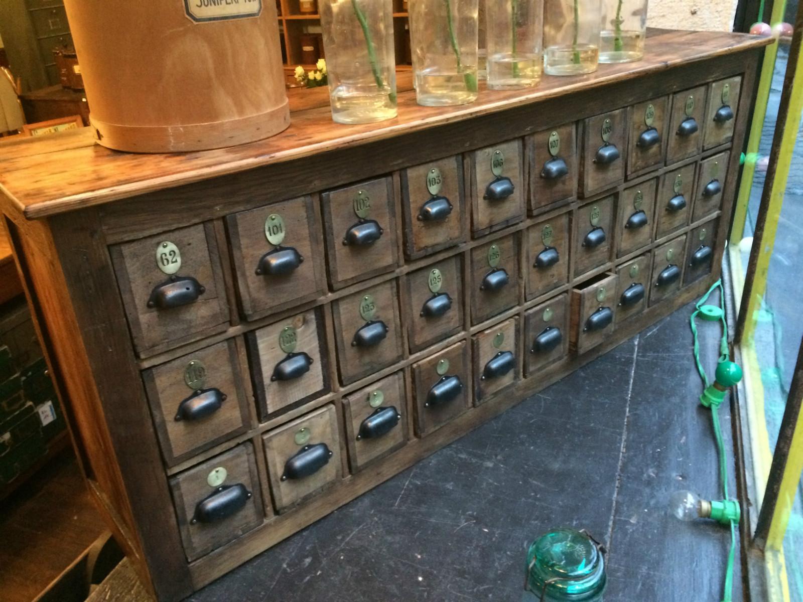 meuble de quincaillerie multiples tiroirs boutique